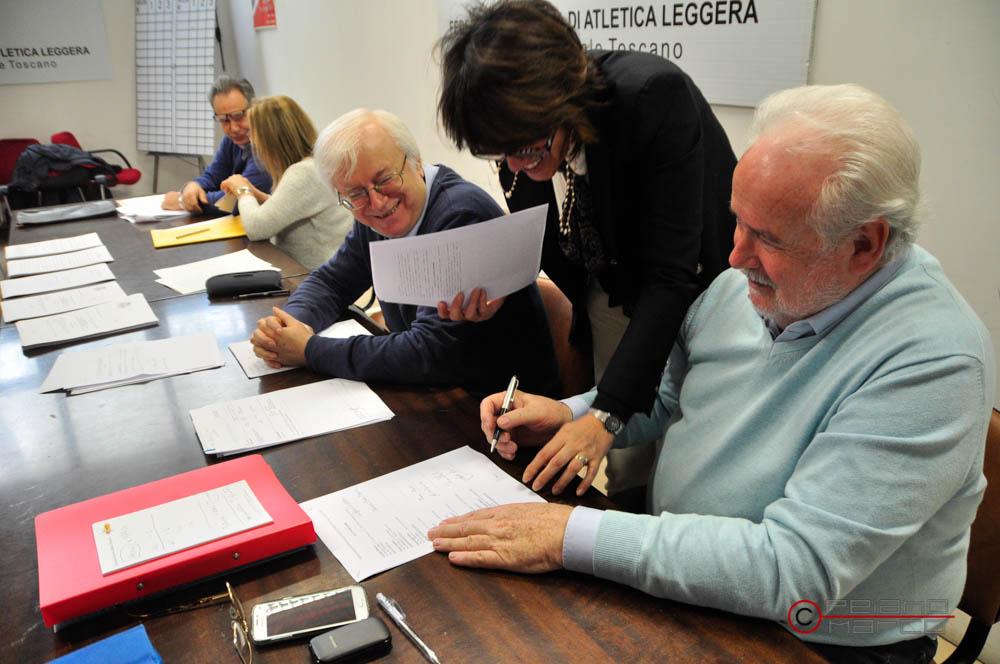 Il presidente Ottavio Castellini firma le pagine del nuovo Statuto