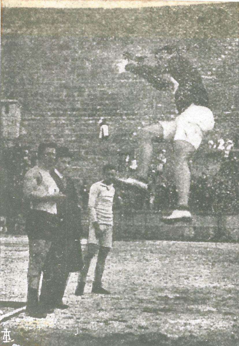 Angelo Tonini impegnato nel salto misto il 10 aprile 1910 all'Arena di Verona